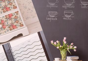 Tulpen vor mit Dekofolie verkleideter Wand